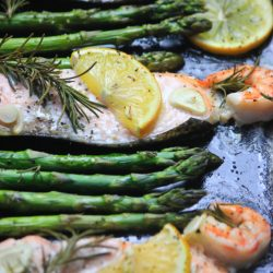 My PCOS Kitchen - Rosemary Lemon Salmon & Shrimp - Delicious oven-baked seafood coated with juicy lemon juice and fresh asparagus.